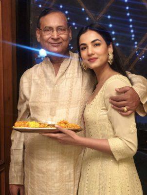 Sonal-Chauhan-With-Her-Father-Raghuraj-Singh-Chauhan