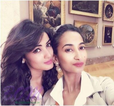 Sonal-Chauhan-With-Her-Sister