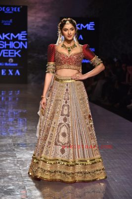 saiee-manjrekar-walks-ramp-lakme-fashion-week